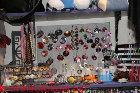 серьги в магазине необычных вещей