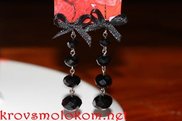 сережки из черных бусин с бантиками