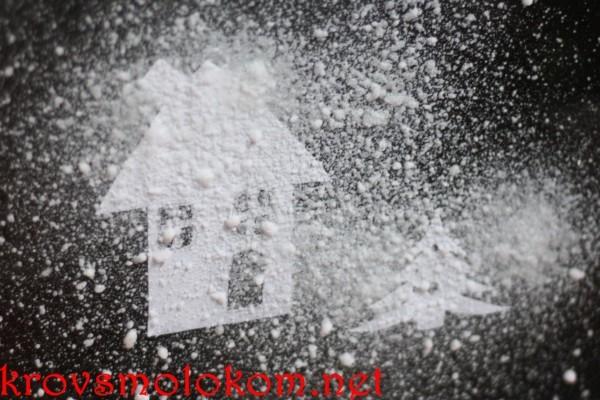 украшение стекла искусственным снегом.
